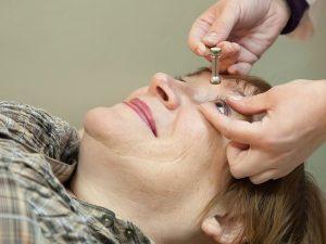 Augenarzt misst Augenspannung